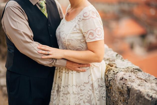 Les nouveaux mariés s'embrassent au monténégro. mariage au monténégro.
