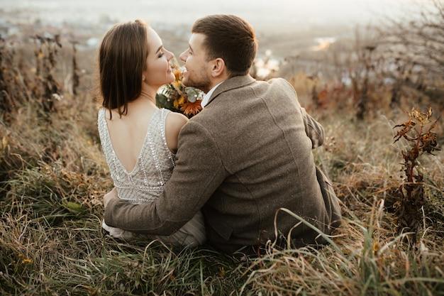 Les nouveaux mariés se réjouissent l'un l'autre sur la montagne