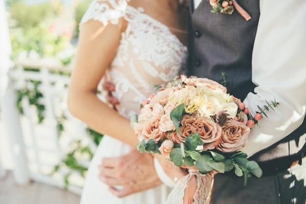 Les nouveaux mariés se serrent contre la cérémonie