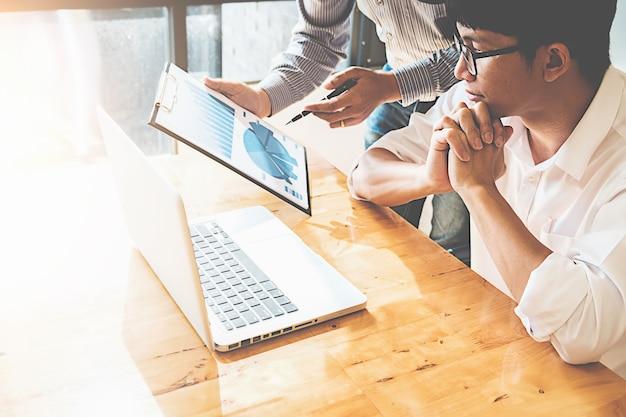 Les nouveaux partenaires travaillent en mode décontracté et discutent des idées pour une nouvelle stratégie.