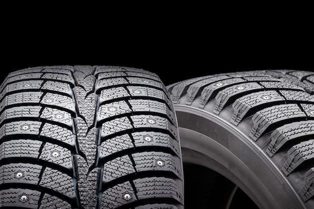 Nouveaux pneus d'hiver cloutés, isolés