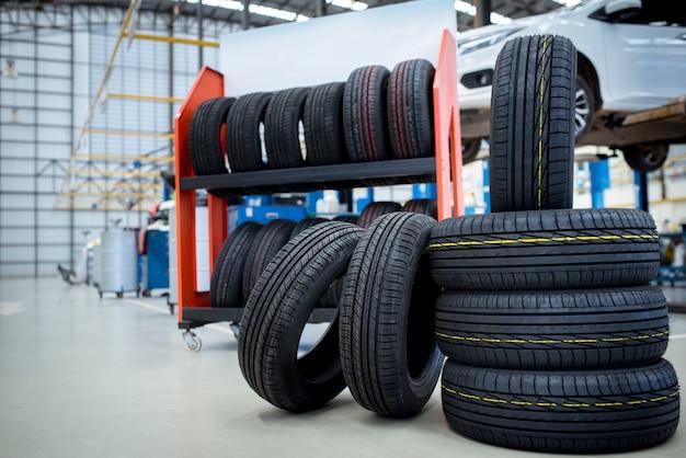 Nouveaux pneus qui changent de pneus dans le centre de service de réparation automobile,