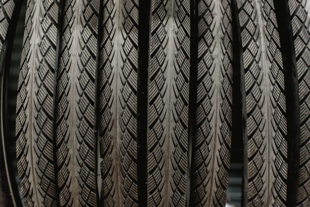 Nouveaux pneus de vélo suspendus dans un rack d'un atelier de vélo