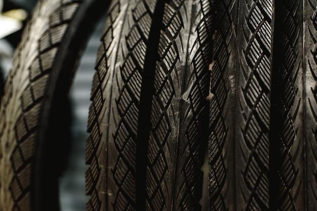 Nouveaux pneus de vélo suspendus à un support dans un atelier.