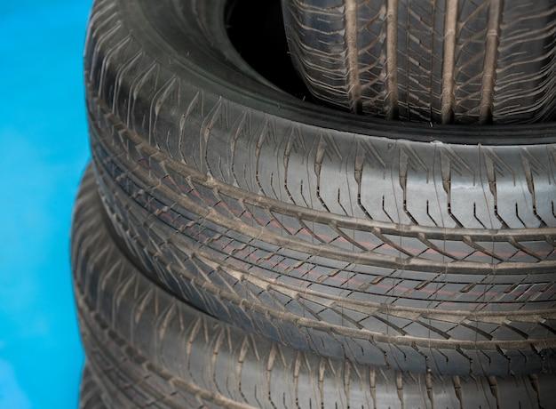 Nouveaux pneus à vendre dans un magasin sire store. fermer.