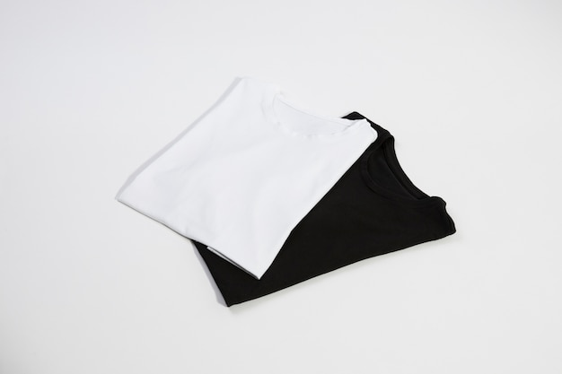 Nouveaux t-shirts noirs et blancs