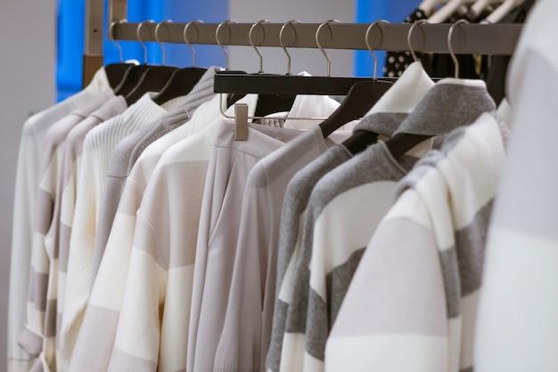 Nouveaux vêtements de mode pour femmes suspendus dans le magasin