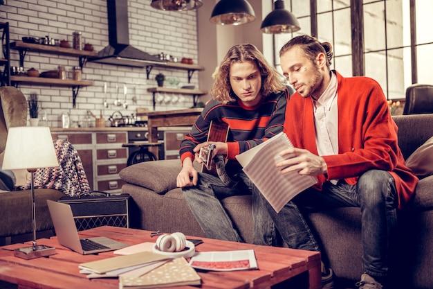 Nouvel album. deux mauvais joueurs de musique se sentent occupés à composer de nouvelles chansons et à penser à un nouvel album