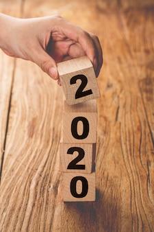 Nouvel an 2019 changement à 2020 main changer des cubes en bois.