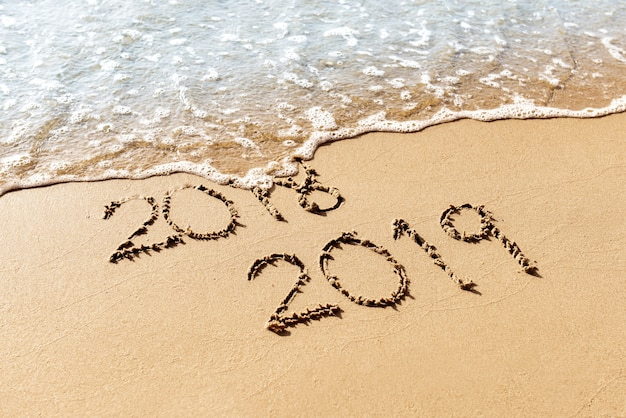 Nouvel an 2019 remplacer 2018 sur le concept de plage de mer