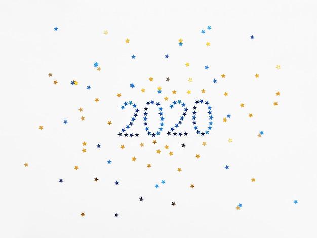 Nouvel an 2020 fond avec des chiffres et des confettis étoiles