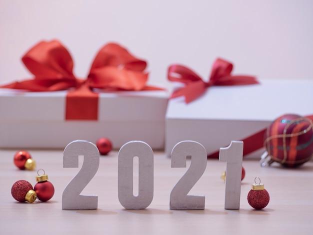 Nouvel an 2021 avec boule de noël rouge, coffrets cadeaux