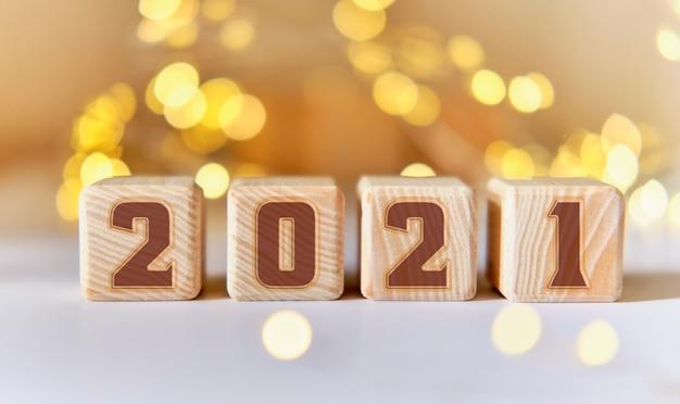 Nouvel an 2021 sur des cubes en bois. lumières d'étoile