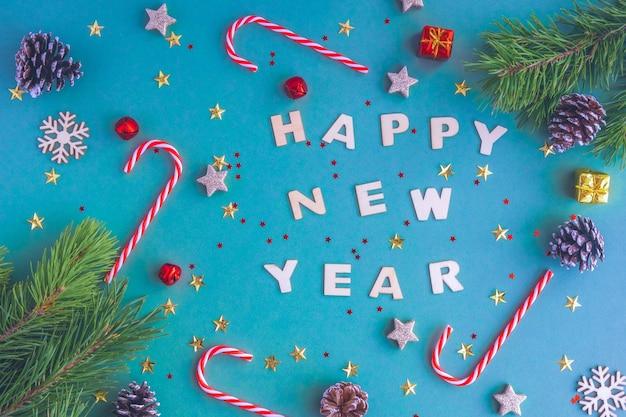 Nouvel An 2021. Inscription Nouvel An En Lettres En Bois Parmi Les Jouets De Noël Et Les Sapins. Photo Premium
