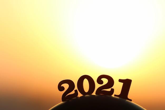 Nouvel an 2021. le mot 2021 derrière la montagne au coucher du soleil doré et beau ciel.