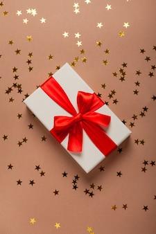 Nouvel an avec des cadeaux dorés