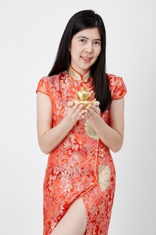Nouvel an chinois, femme d'affaires tenant un lingot d'or