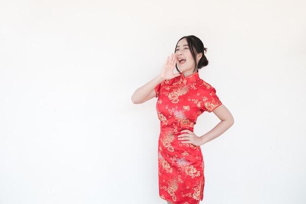 Nouvel an chinois. les femmes asiatiques font des gestes excitants.
