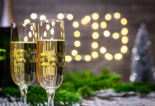 Nouvel an décoration verre de champagne sur fond flou du nouvel an