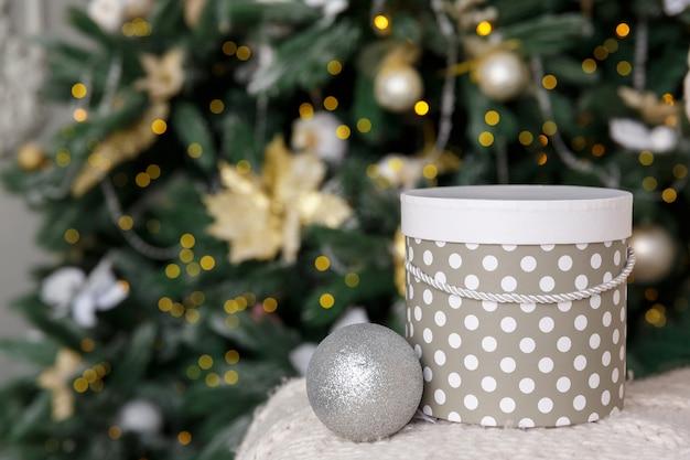 Nouvel an et décorations de noël avec boîte-cadeau sous l'arbre de noël