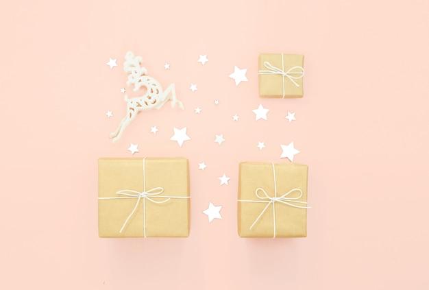 Nouvel an et fond festif de noël. concept de vacances, shopping et vente starsi, cerf, cadeaux et arcs, vue horizontale supérieure.