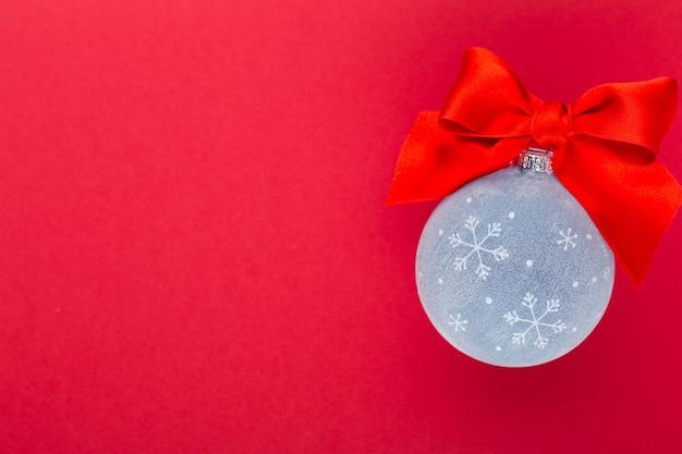 Nouvel an, fond de noël avec des boules de noël bleues. boules de noël bleues sur fond de couleur - image.