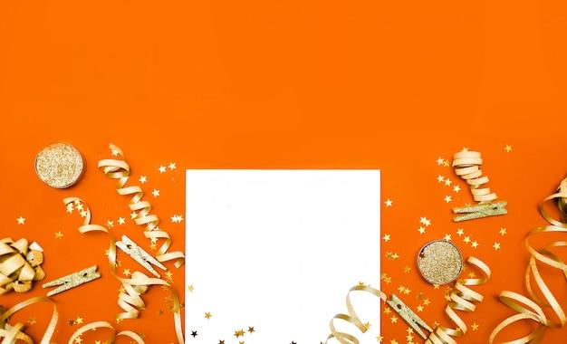 Nouvel an et fond de noël. concept de vacances et de vente. confettis, cadeaux et noeuds, vue horizontale du haut