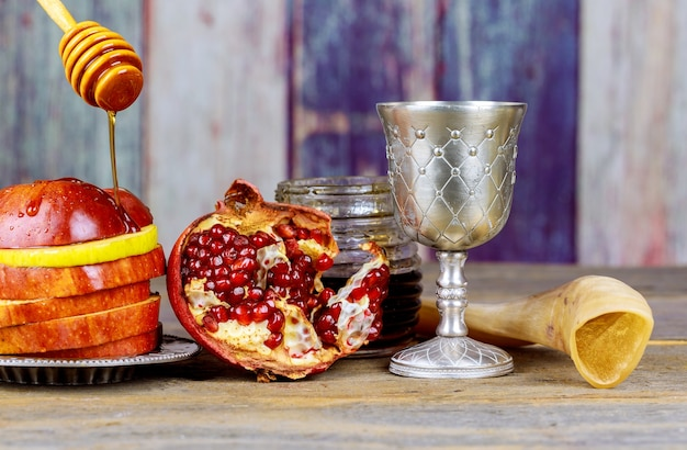 Nouvel an juif des symboles traditionnels de fête roch hachana sur table de fête