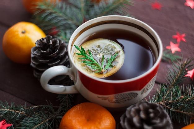 Nouvel an de noël avec des mandarines, thé au citron. hiver encore. mise au point sélective.