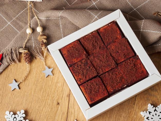 Nouvel an de noël still life square bonbons soufflé fait main au chocolat sur un fond en bois