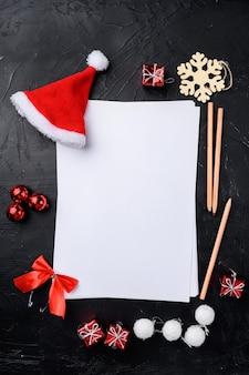 Nouvel an sur papier vierge et décor, vue de dessus à plat, avec espace de copie pour le texte, sur fond de table en pierre noire noire