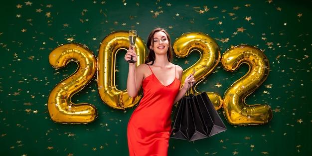 Nouvel an shopping black friday montgolfières femme avec champagne et achats célébrer