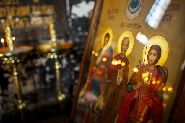 Nouvel athos, abkhazie (géorgie) belles fresques intérieures et sombres du monastère orthodoxe de novy afon, abkhazie