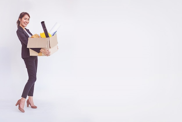 Nouvel emploi de femme d'affaires asiatique souriante et souriant