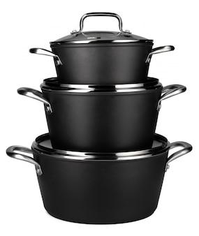 Nouvel ensemble de casseroles noires isolé sur blanc