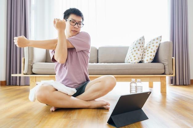 Nouvel entraînement normal à la maison un homme asiatique