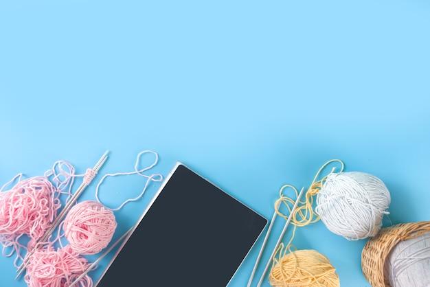 Nouvelle activité de passe-temps normale, apprend à tricoter en ligne cours de tricot en ligne. cours de tricot en ligne, vue de dessus sur l'espace de copie de fond bleu pour le texte