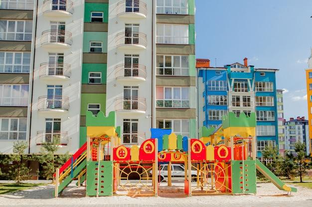 Nouvelle aire de jeux pour enfants près d'un immeuble d'appartements