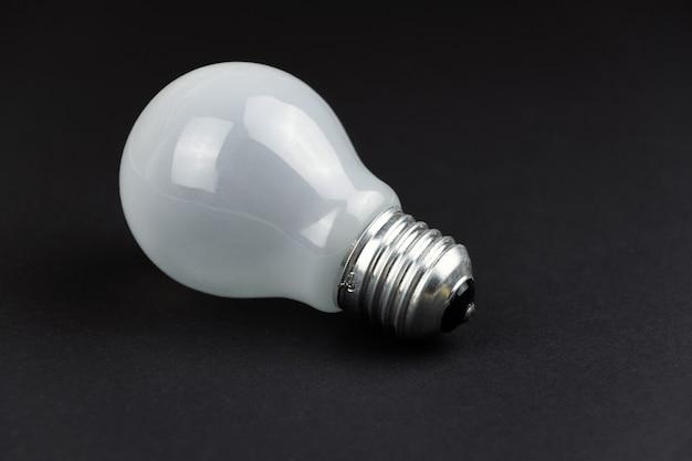 Une nouvelle ampoule blanche sur fond noir