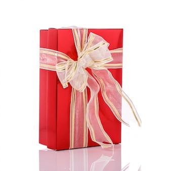 Nouvelle boîte cadeau couleur avec ruban.