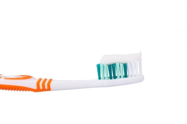 Nouvelle brosse à dents orange avec dentifrice.