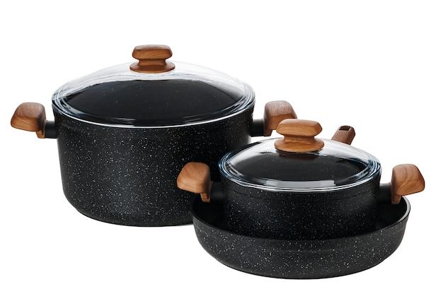 Nouvelle casserole noire isolée sur fond blanc