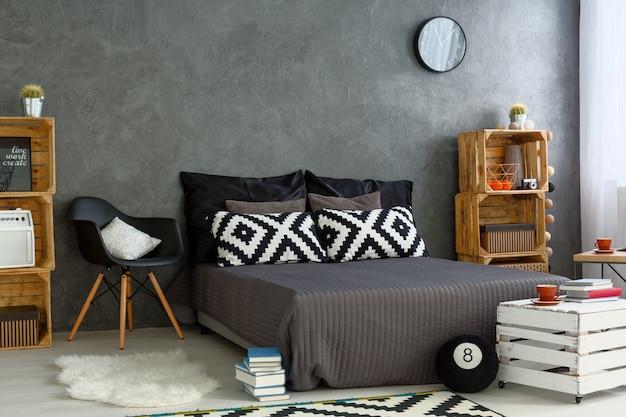 Nouvelle chambre avec mobilier créatif et bricolage