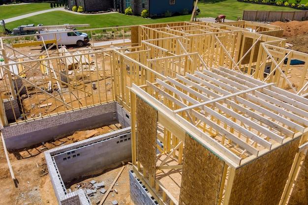 Nouvelle charpente de construction d'une maison en construction