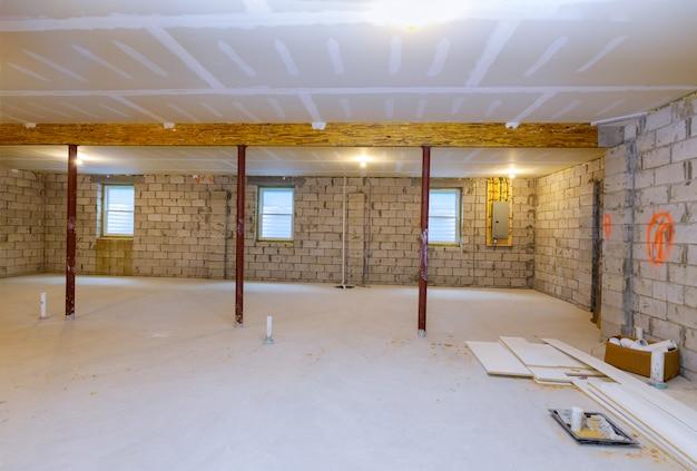 Nouvelle charpente résidentielle de construction résidentielle avec vue du sous-sol