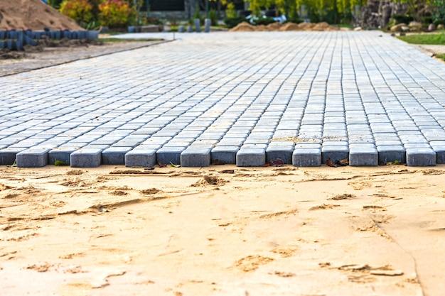 Nouvelle chaussée de dalles de pavage nouvelle rue en cours de pavage
