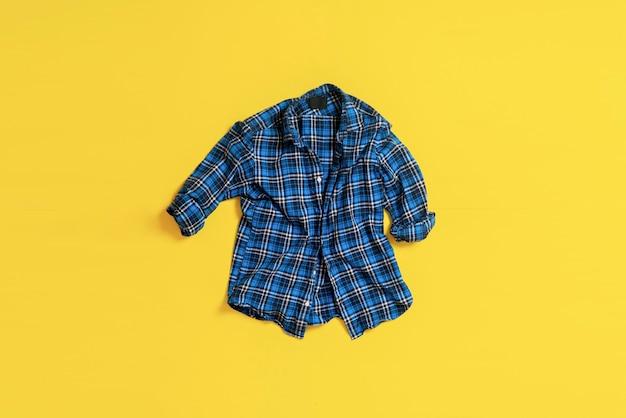 Une nouvelle chemise décontractée classique à carreaux simples à plat, vue d'en haut