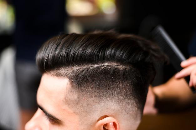 Nouvelle coiffure du client en gros plan