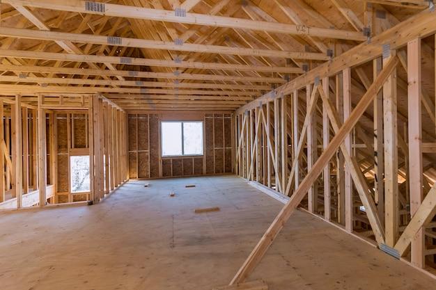 Nouvelle construction de maison de construction de poutres encadrée le sol