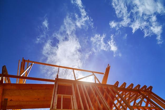 Nouvelle construction maison encadrant contre le ciel bleu